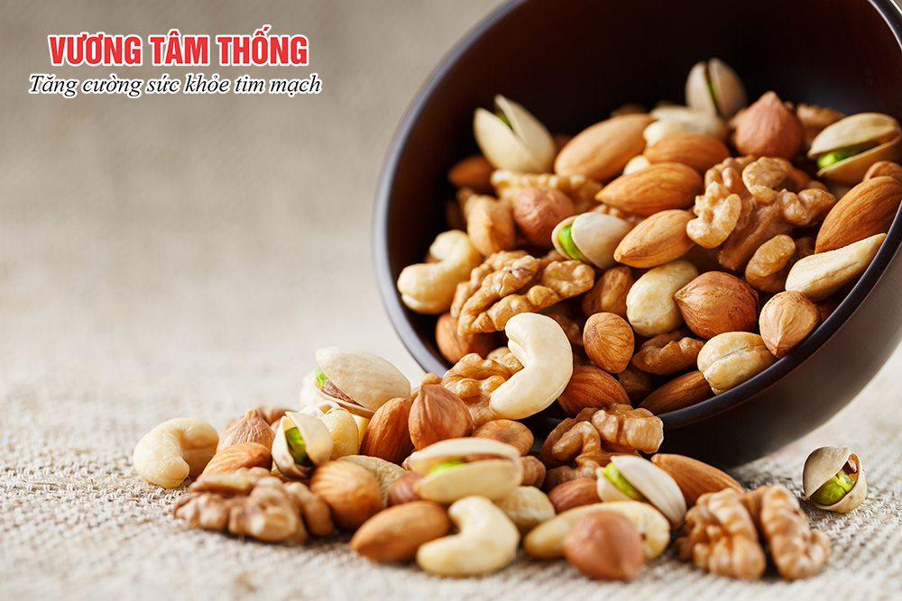Người bệnh sau thay van nên tích cực ăn nhiều hạt khô